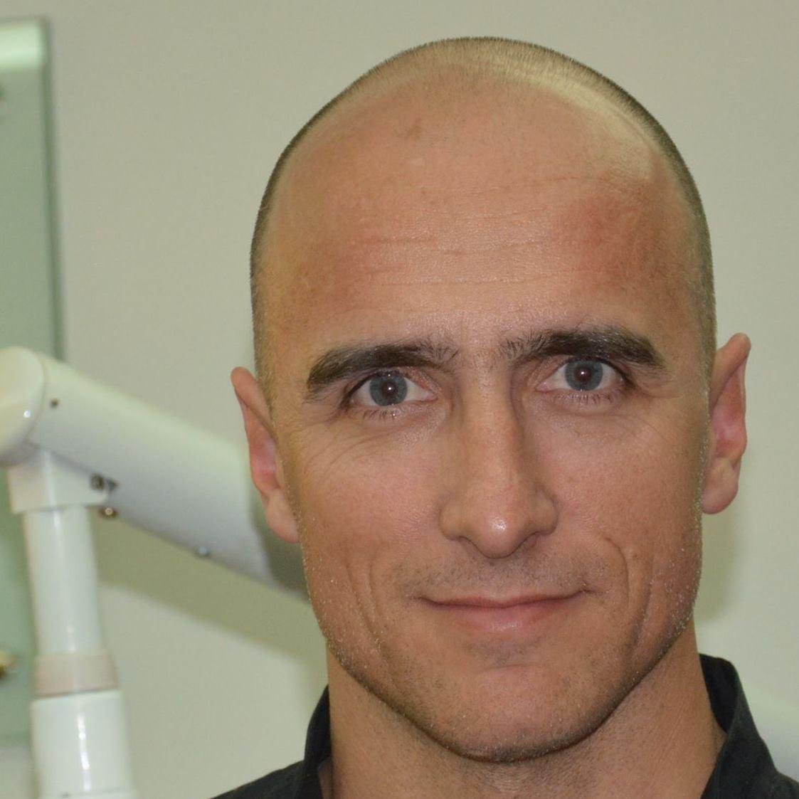 Dr. Adrián García
